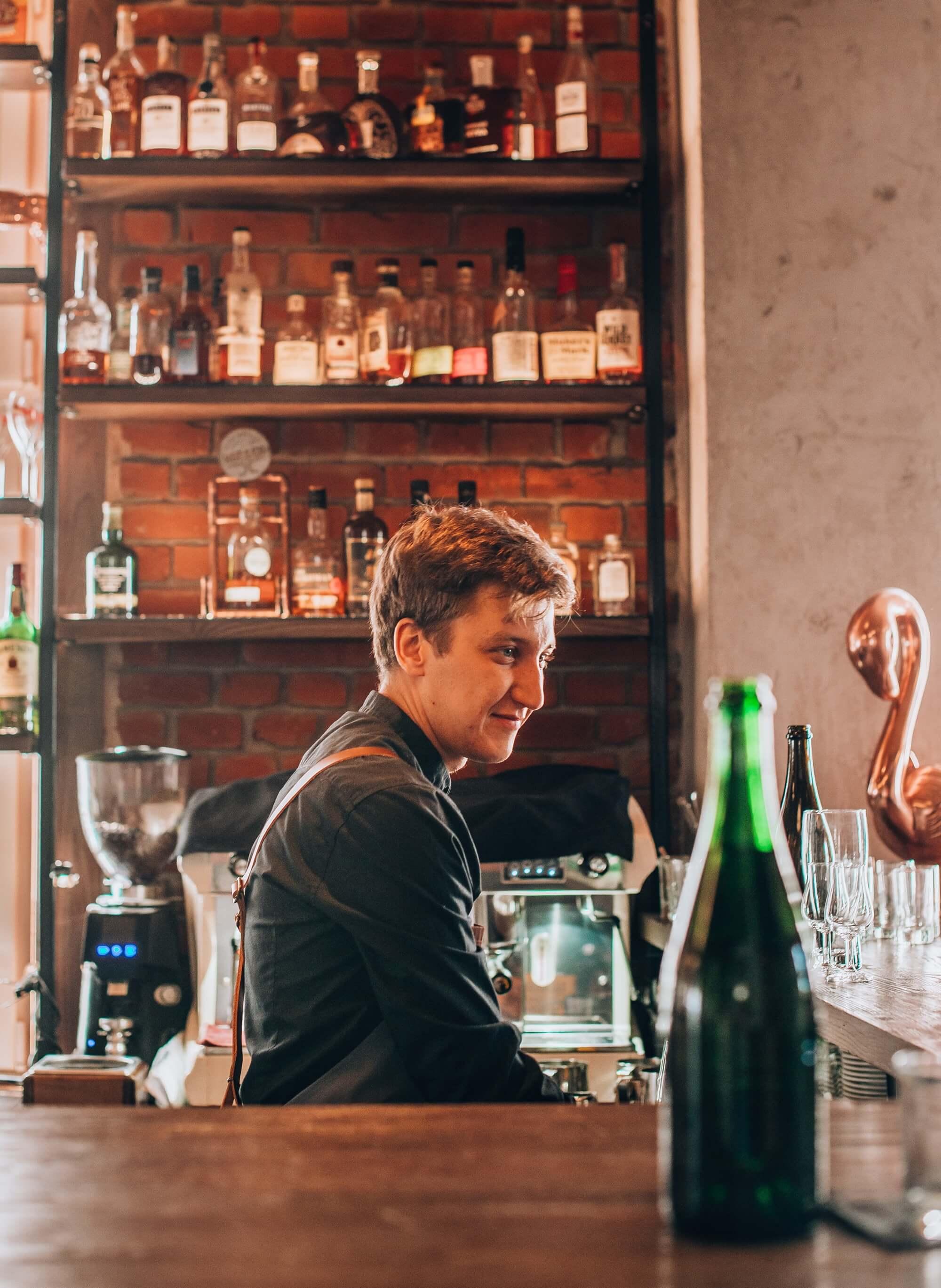 Barman restuaracji Eliksir w Gdańsku