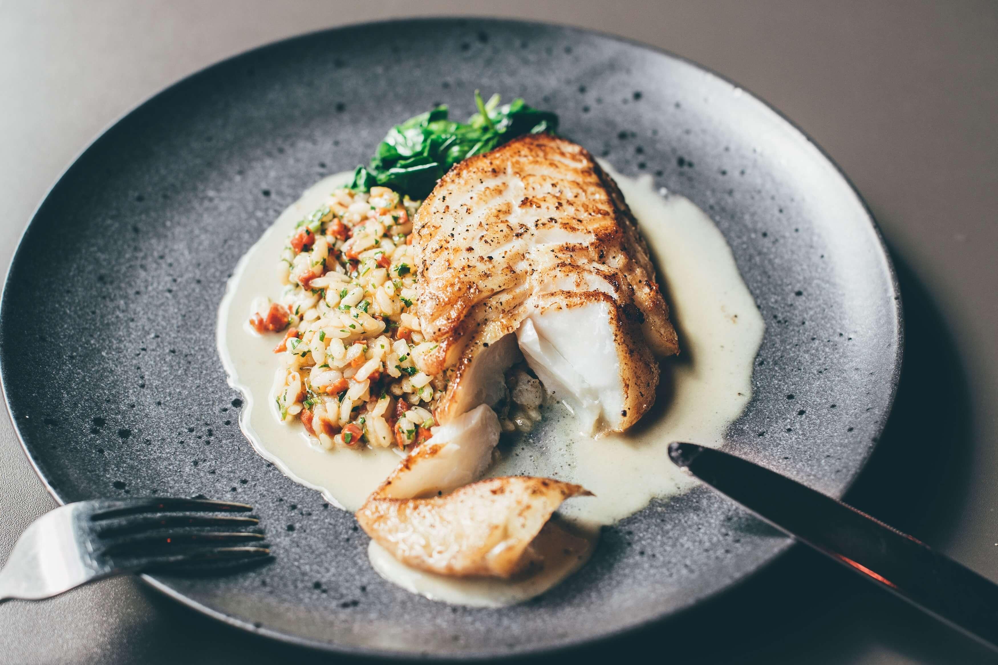 Ryba z widokiem na morze w restauracji w Gdyni