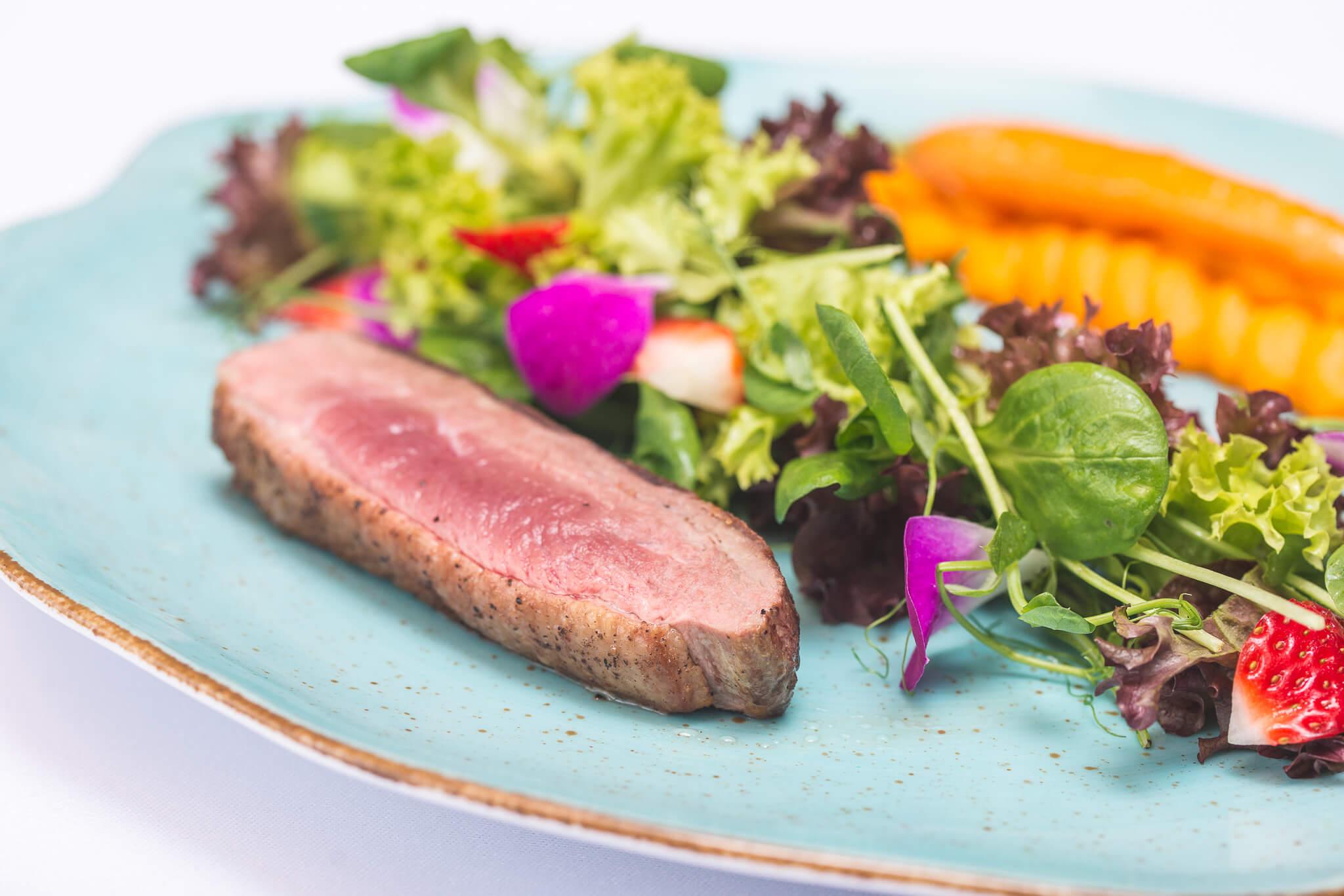 Kaczka z rzodkiewką albo gąska z botwinką czyli nowalijki w restauracji Filharmonia