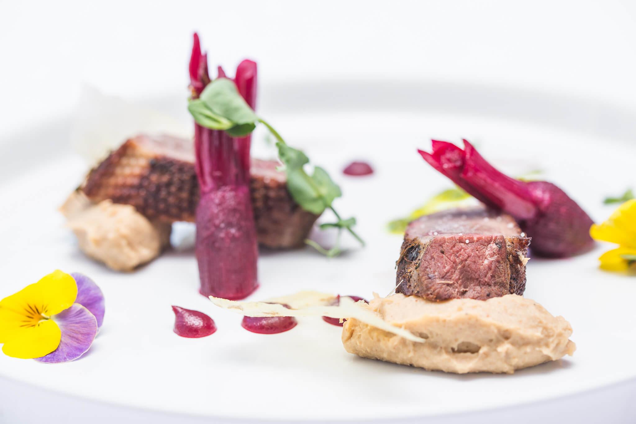 Geś z purée z pieczonego selera z dodatkiem musu z czerwonej porzeczki jako nowalijki w restauracji Royal Baltic