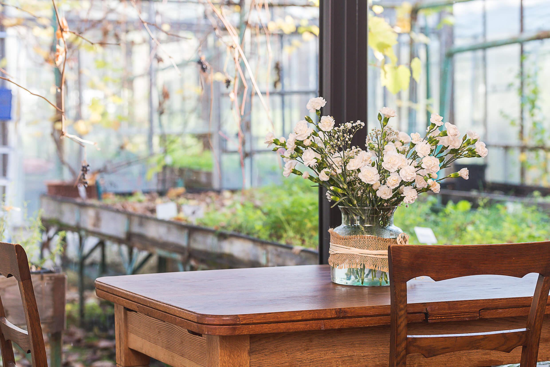 stolik z kwiatami